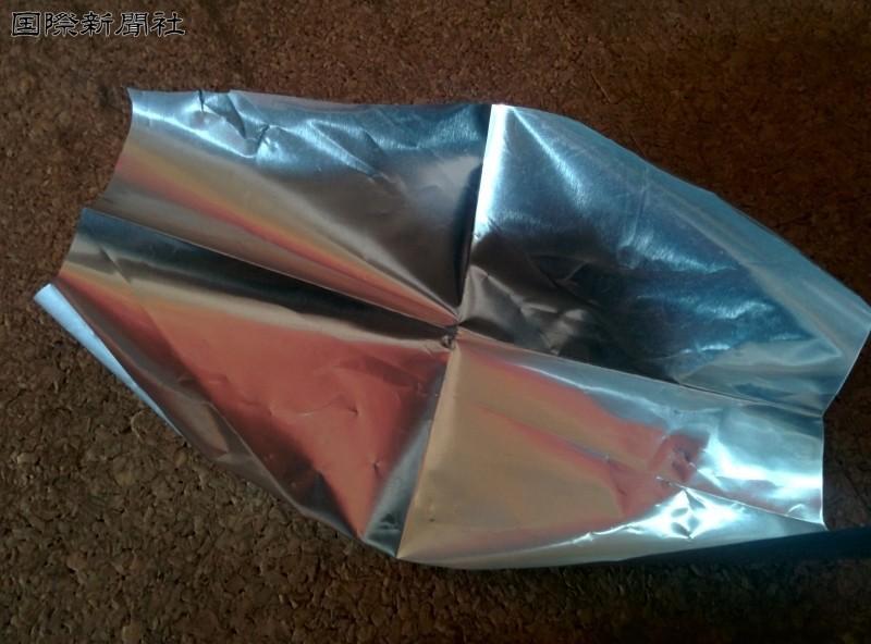 これが放射線物質を詰めるフレコンパックの内袋として使われるようななったアルミシート実物の一部